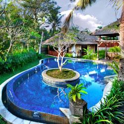 kolam taman yang indah dengan latar belakang rumah bali