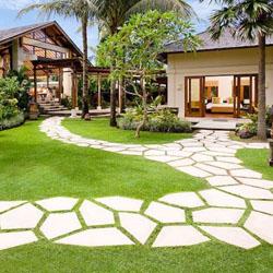 Mozaik Putih Pada Jalan Setapak Di Taman Bernuansa Bali Kumpulan